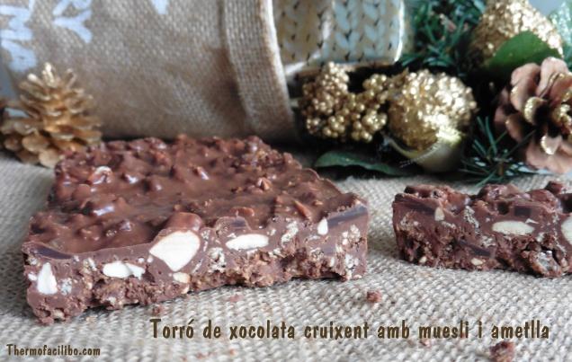 Torró de xocolata cruixent amb muesli i ametlles