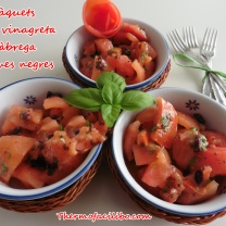 Tomàquets amb vinagreta d'alfabrega i olives negres