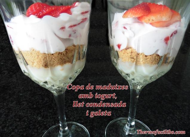 Copa de maduixes amb iogurt, llet condensada i galetes.2