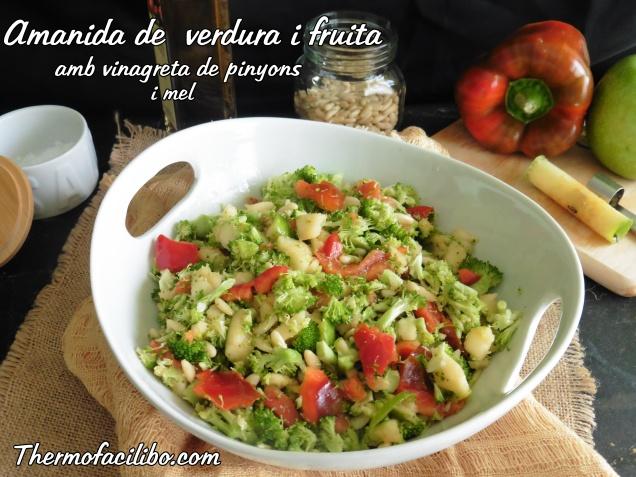 Amanida de verdura i fruita amb vinagreta de pinyons i mel