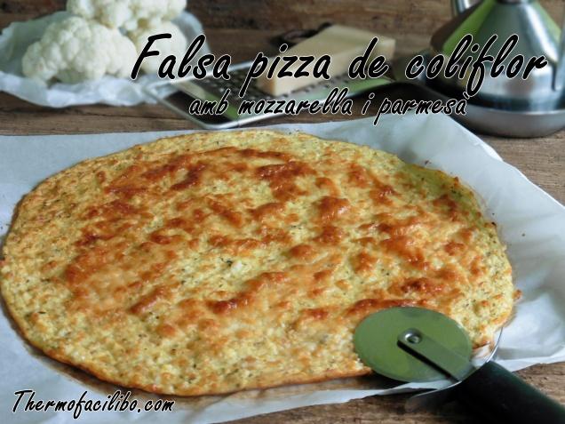 Falsa pizza de coliflor amb mozzarella i parmesà