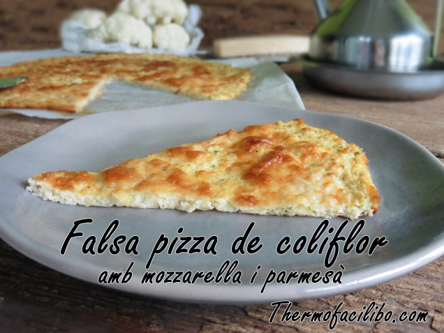 Falsa pizza de colifor amb mozzarella i parmesà