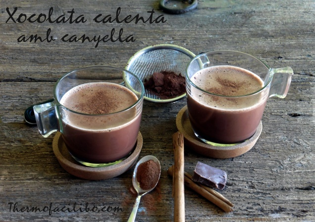 Xocolata calenta amb canyella.-