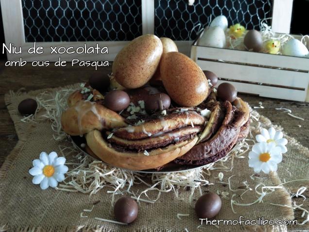 Niu de xocolata amb ous de Pasqua.-