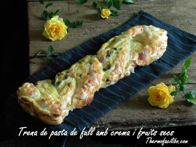 Trena de pasta de full amb crema i fruits secs.-