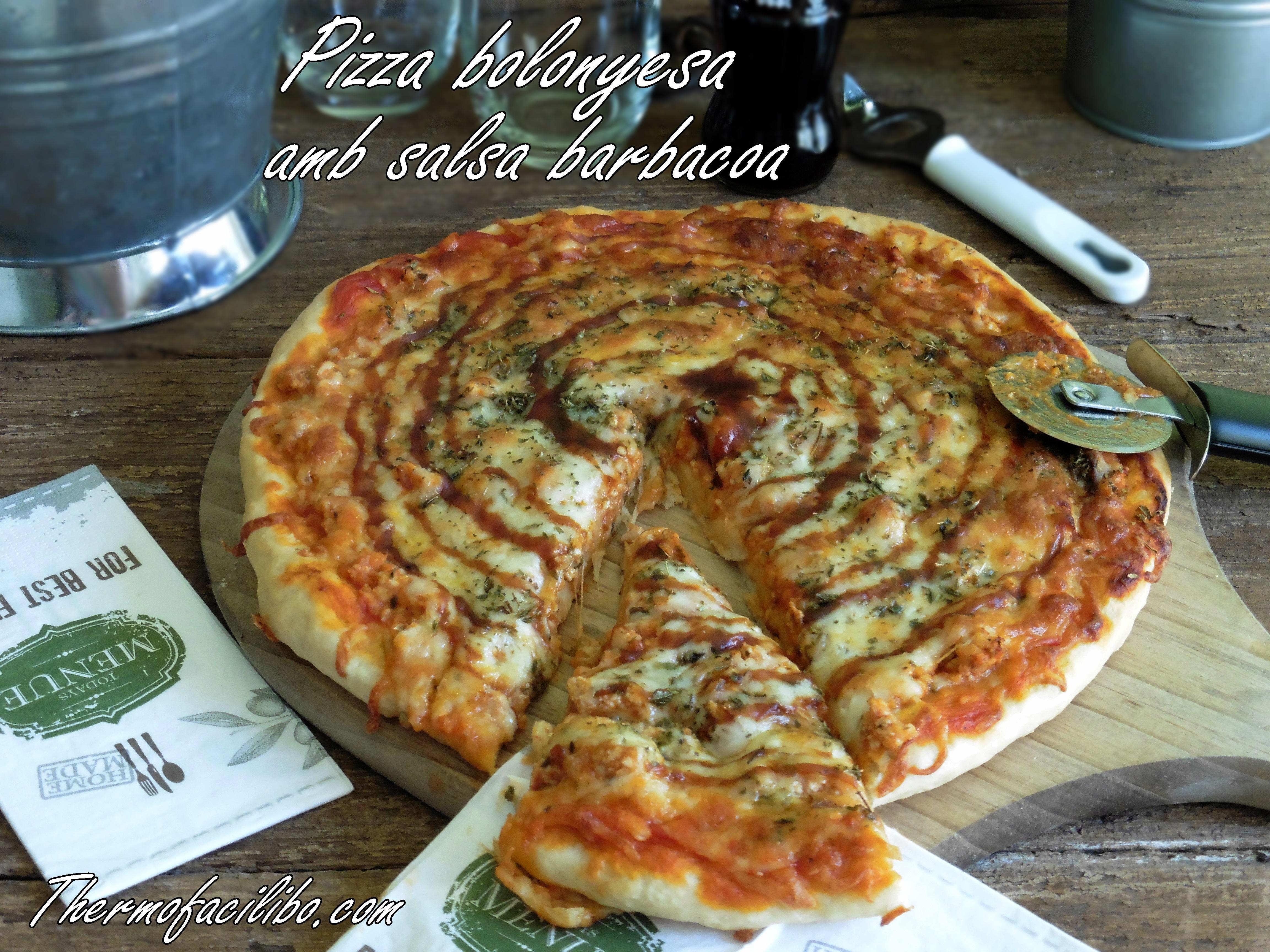 Pizza bolonyesa amb salsa barbacoa.1