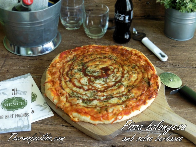 Pizza bolonyesa amb salsa barbacoa